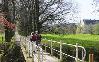 2 personen lopen over een bruggetje