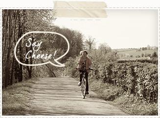 Een mevrouw op een fiets